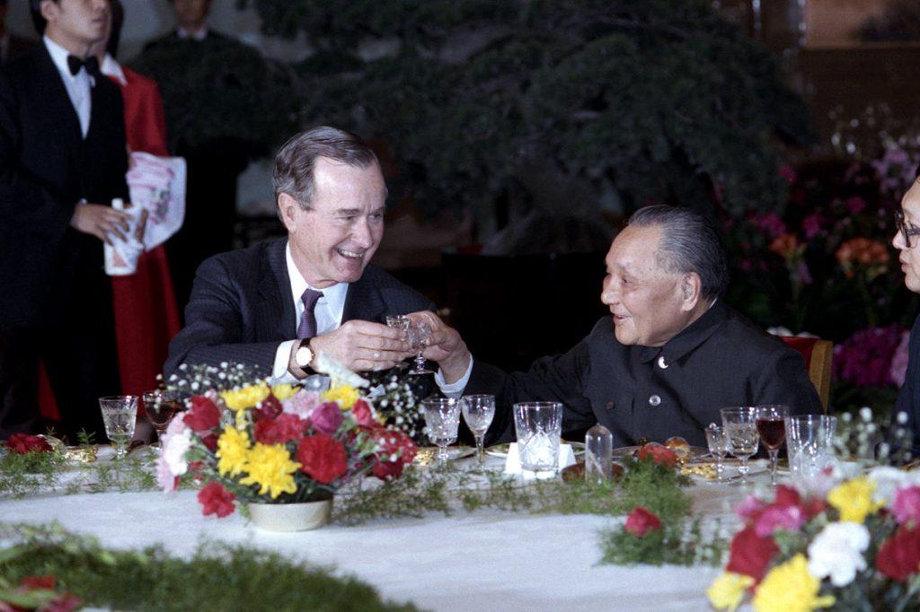 1989年,美國前總統老布希(George H. W. Bush)與鄧小平於北京會面。(圖片來取自喬治布什美中關係基金會)